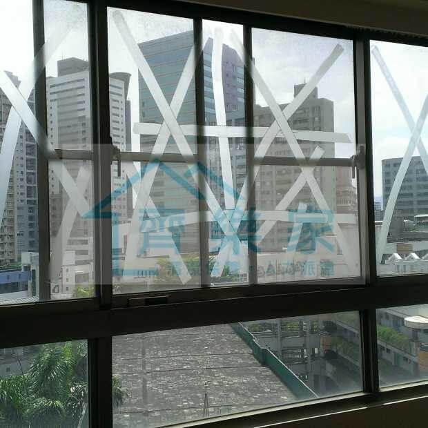 辦公室玻璃黏著許多XX的膠帶