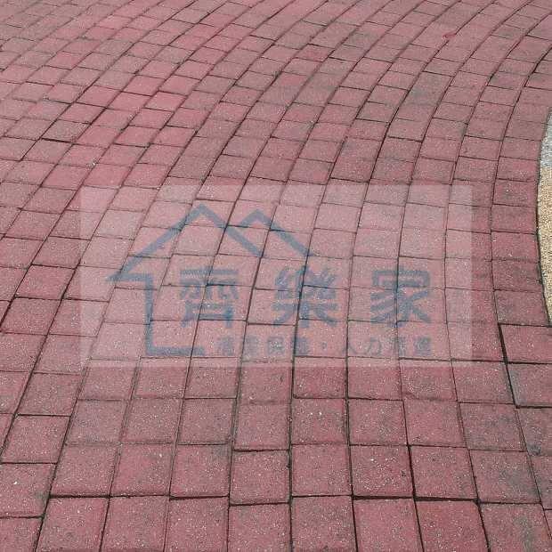 社區公園透水磚高壓沖洗清洗後.jpg