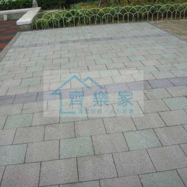 長青苔的石板地面仔細沖洗乾淨
